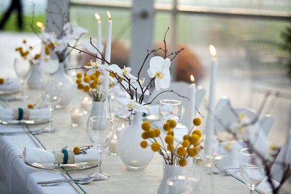 Dekoracja stołów w biel i żółć.