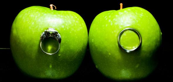 Zielone jabłuszko na czarno białym tle